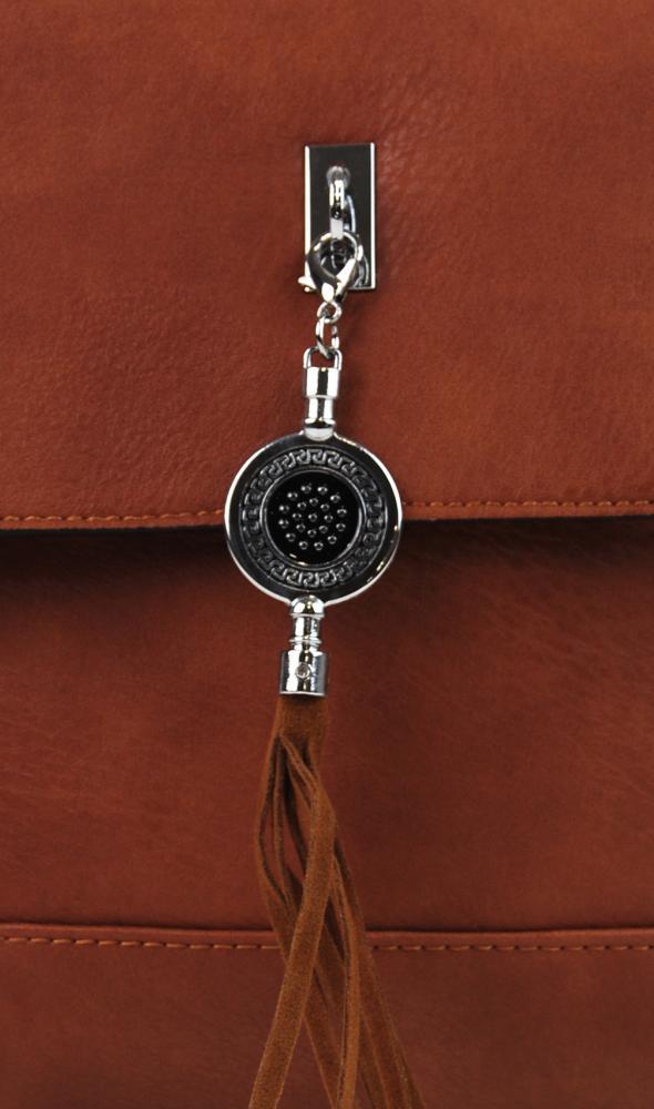 Menšia crossbody kabelka s príveskom 1993-BB hnedá