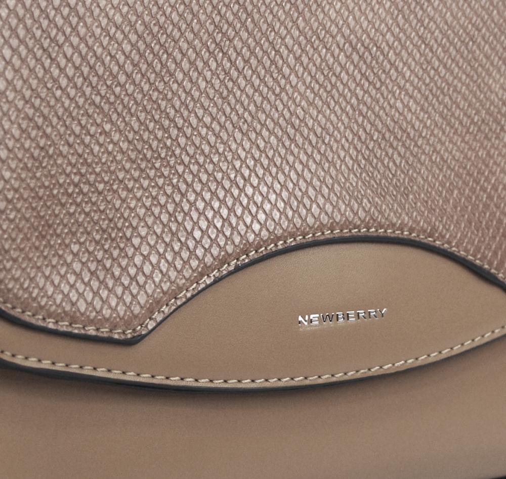 Šedohnedá crossbody dámska kabelka v hadím dizajne NEW BERRY
