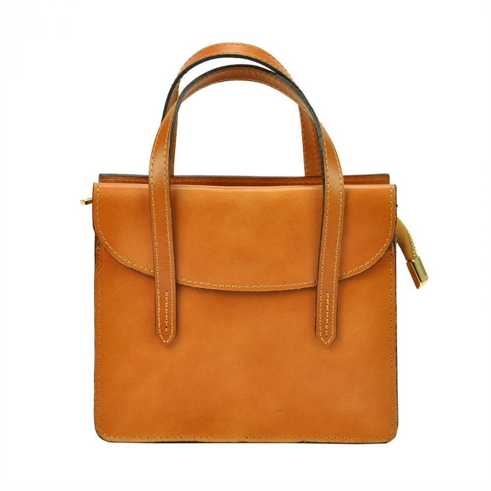 Kožená camel hnědá crossbody kabelka do ruky v minimalistickém designu Gregorio