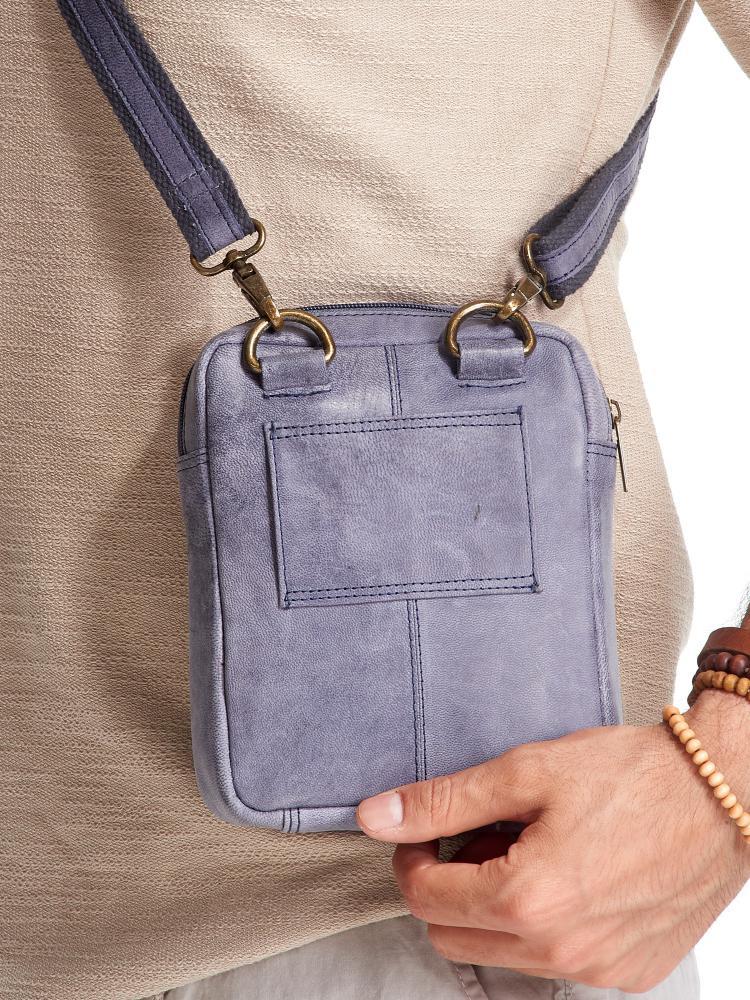 WILD Kožená pánská crossbody taška tmavě modrá 16x20x7 cm